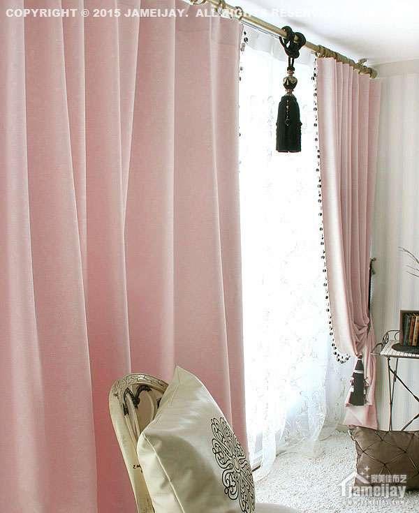 1、拉动式:最简单的窗帘操作系统即大部分布帘所用的操作系统,布帘顶端缝在横杆上,需要开合时以手左右拉推。目前,市场上大部分的布帘采取的操作系统。  2、标准拉绳:简约窗帘如百叶帘、风琴帘、罗马帘、卷帘等多使用标准拉绳的操作系统,只要拉动拉绳,就可以将窗帘调至需要的位置;另有一拉杆可调节帘片的角度,控制投入室内的光线。  3、循环拉绳:标准拉绳缺点之一在于拉绳过长,容易发生缠绕,尤其对小孩造成危险。循环拉绳系统则考虑到这一情况,特设循环绳圈及弹性安全扣,弹性安全扣可固定在窗框位置,拉绳确保小童及宠物安全。