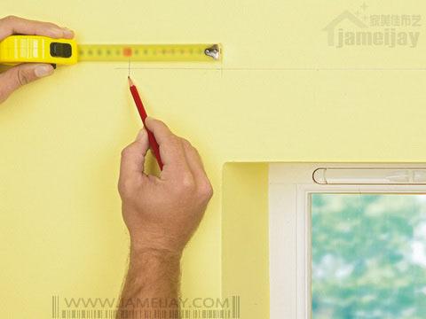 教您如何为矮窗安装罗马窗帘杆 - 标记两端预留宽度